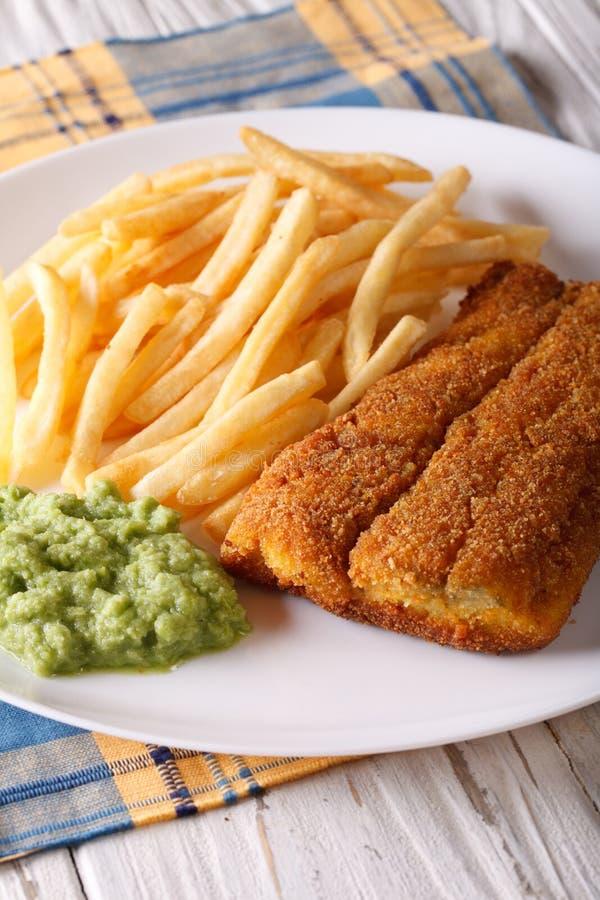 Alimento inglês: close-up fritado das faixas e das microplaquetas de peixes em uma placa imagens de stock