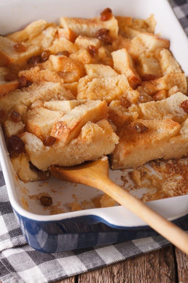 Alimento inglês: fim do pudim do pão acima no prato do cozimento vertical imagens de stock
