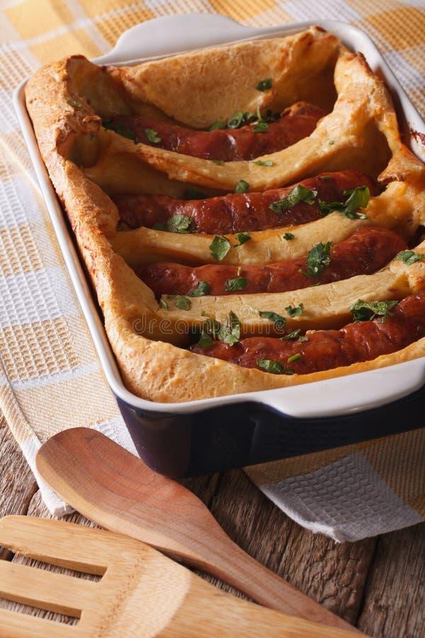 Alimento inglês: salsichas deliciosas em um fim do prato do cozimento acima VE imagens de stock
