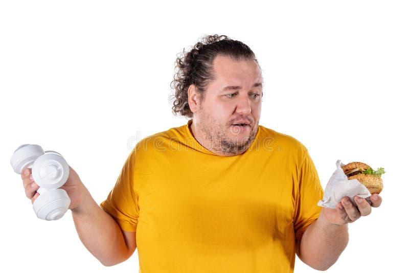 Alimento insalubre antropófago gordo engraçado e tentativa tomar o exercício isolado no fundo branco imagem de stock