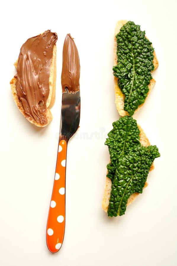 Alimento insalubre, saudável: sanduíche ou chocola da couve imagens de stock