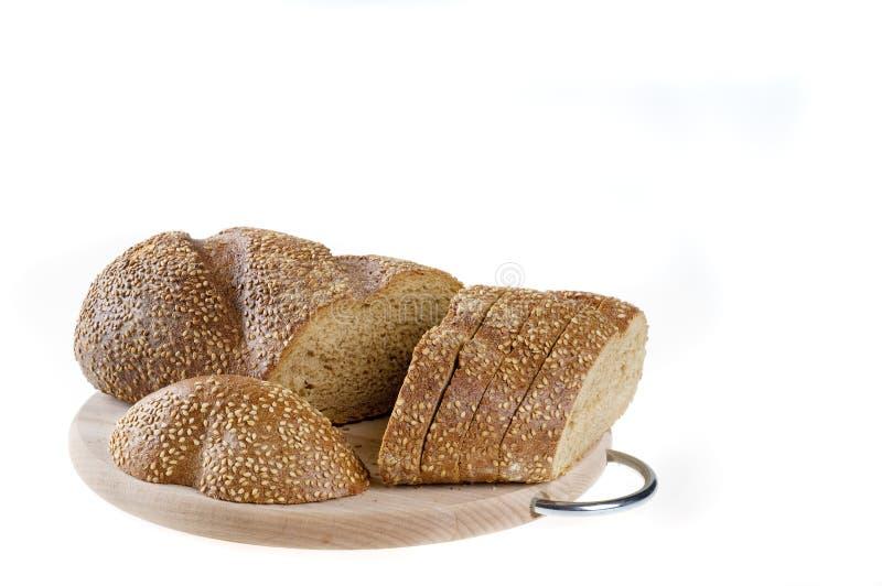 Alimento inteiro do pão escuro da grão de Cutted sobre o branco foto de stock