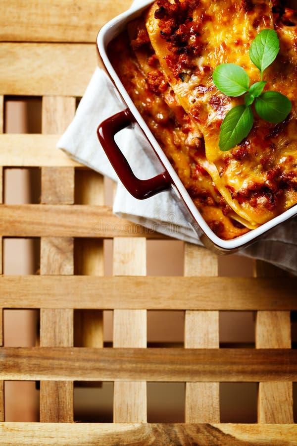Alimento italiano As lasanhas chapeiam na tabela de madeira fotografia de stock