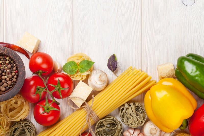 Alimento italiano che cucina gli ingredienti Pasta, verdure, spezie fotografie stock libere da diritti