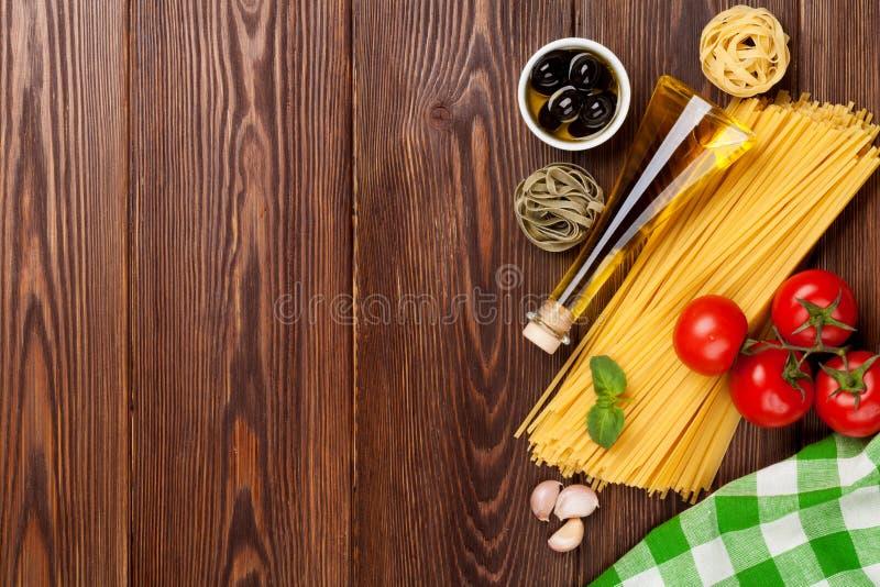 Alimento italiano che cucina gli ingredienti Pasta, verdure, spezie immagini stock