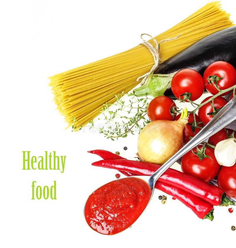 Alimento italiano con la verdura, l'olio d'oliva, spaghetty e salsa ketchup fotografie stock libere da diritti