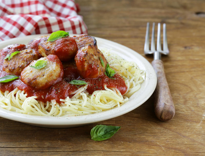 Alimento italiano - espaguete com molho e almôndegas de tomate imagem de stock royalty free