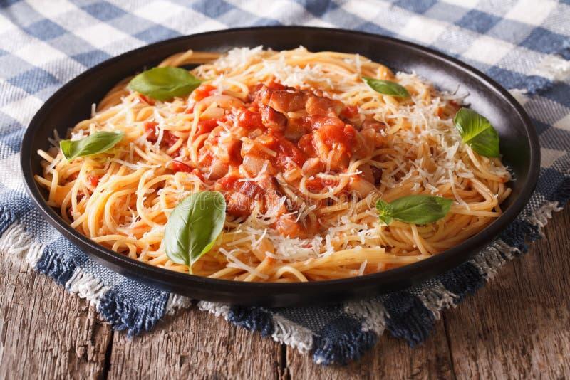 Alimento italiano: massa com molho de Amatriciana e close-up da manjericão foto de stock royalty free