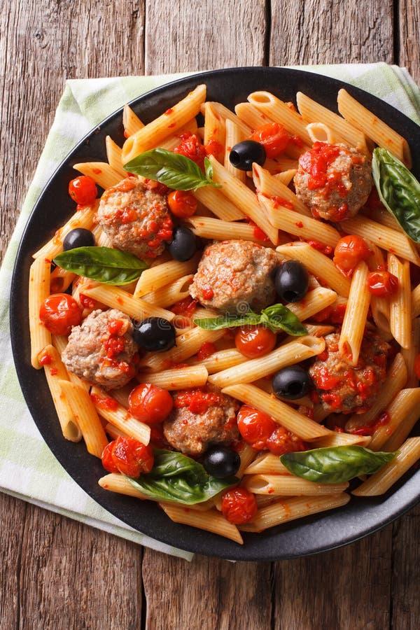 Alimento italiano: Massa com os clos das almôndegas, das azeitonas e do molho de tomate foto de stock royalty free
