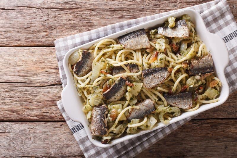 Alimento italiano: massa com sardinhas, erva-doce, passas e pinhões imagens de stock