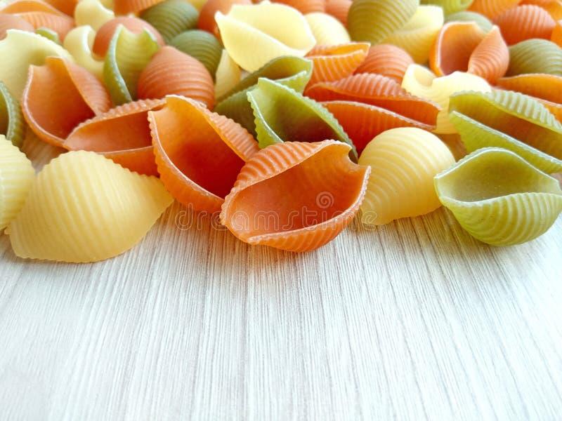 Alimento italiano - massa cru colorida do conchiglie fotos de stock royalty free