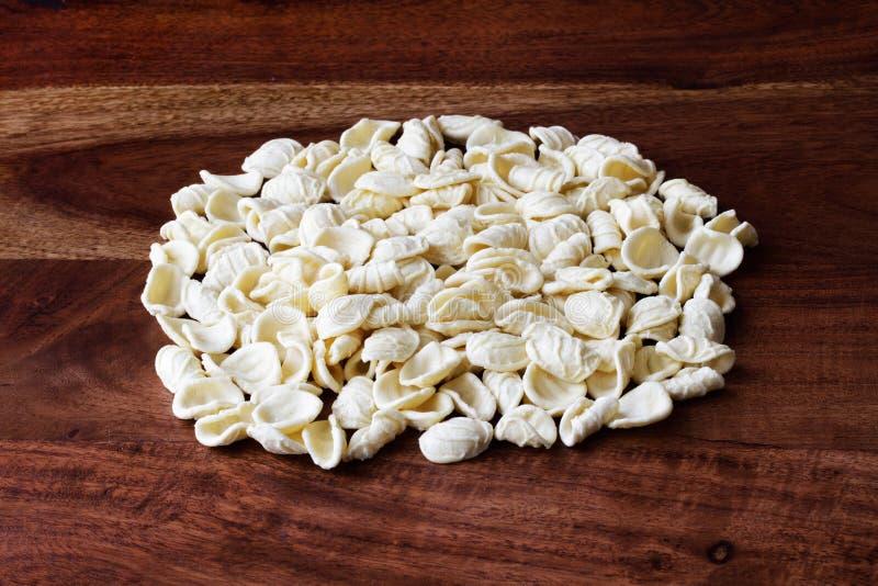 Alimento italiano, pasta casalinga: Orecchiette fotografia stock libera da diritti