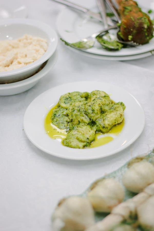 Alimento italiano - ravioli con la salsa fresca di pesto in un piatto ceramico bianco fotografia stock libera da diritti