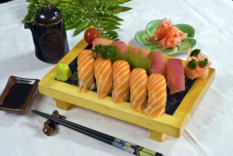 Download Alimento Japonês, Bandeja Do Sushi Imagem de Stock - Imagem de oriental, detalhe: 16866955