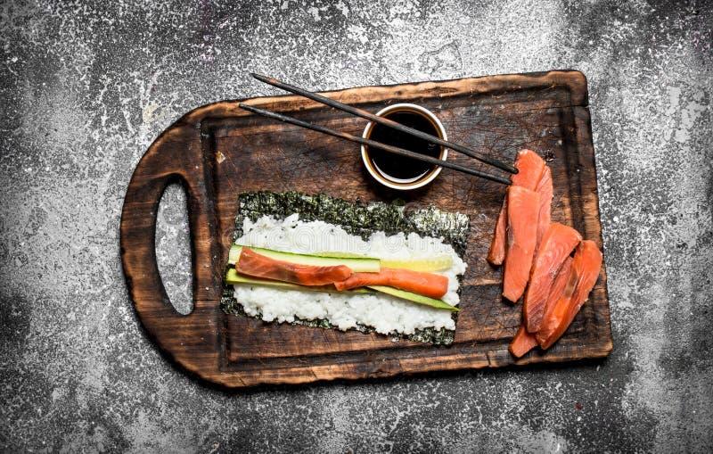 Alimento japonês Cozinhando rolos tradicionais com marisco fresco imagens de stock