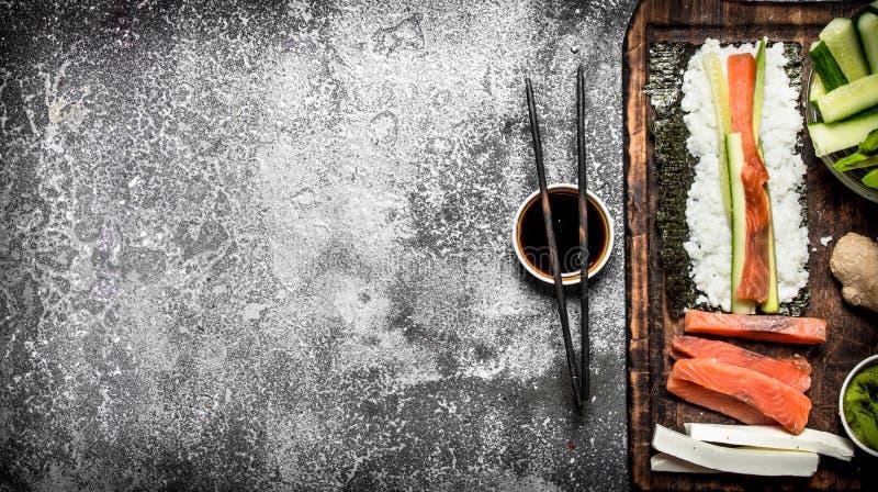 Alimento japonês Cozinhando rolos tradicionais com marisco fresco imagem de stock
