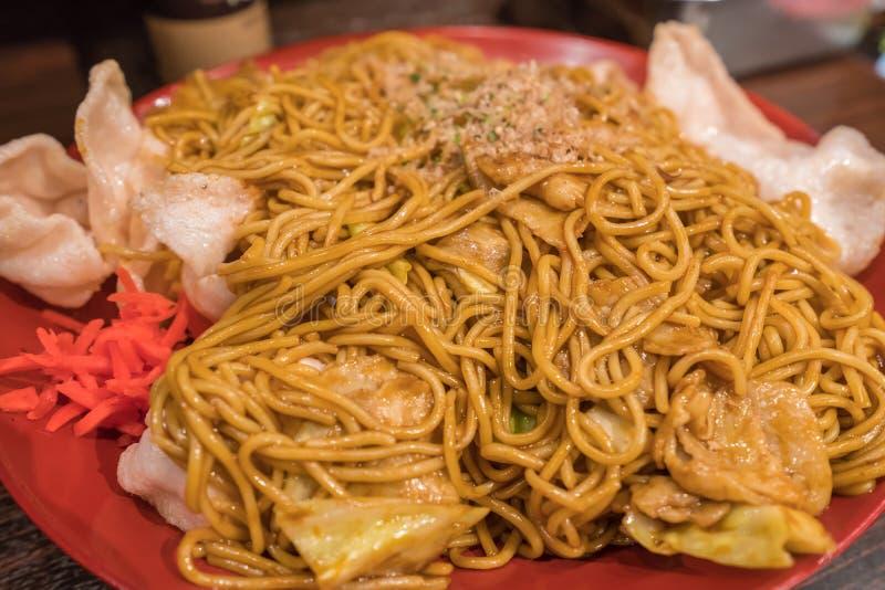 Alimento japonês de Yakisoba de macarronetes fritados com vegetais e carne imagens de stock royalty free