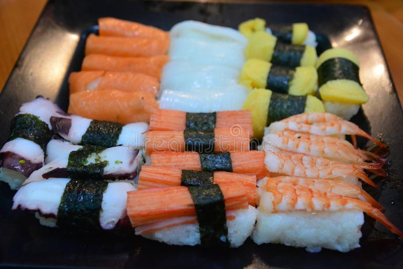 Alimento japonês do sushi em Resturant imagem de stock royalty free