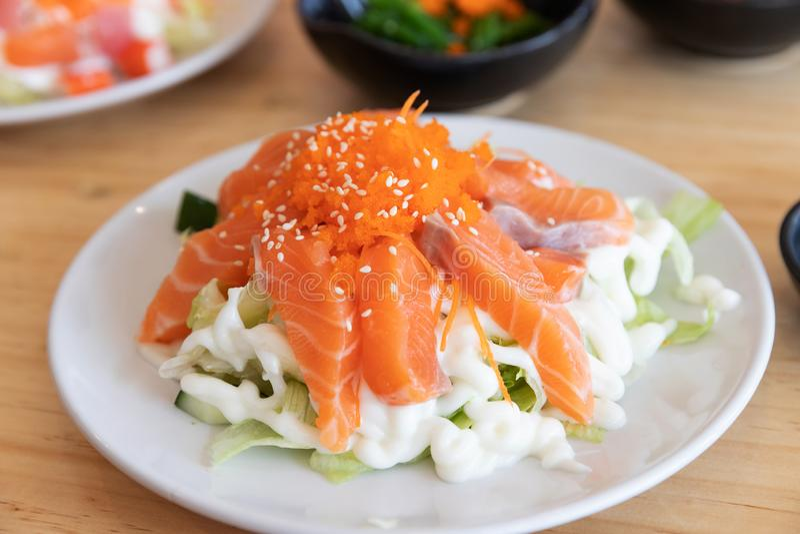 Alimento japonês do sushi, fim acima do grupo do sushi do sashimi em uma tabela em um restaurante foto de stock royalty free