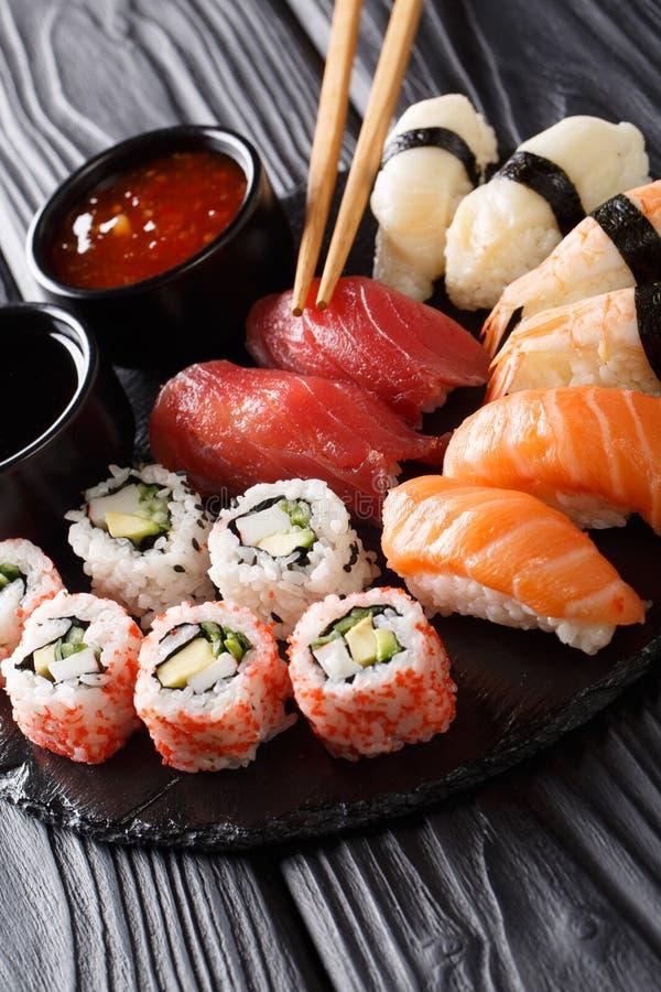 Alimento japonês do sushi Os ands de Maki rolam com atum, salmões, camarão, caranguejo e abacate com close-up de dois molhos em u imagens de stock royalty free