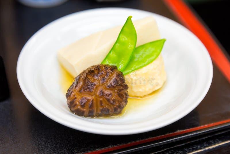 Alimento japonês do tofu com cogumelo e feijão de corda imagens de stock royalty free
