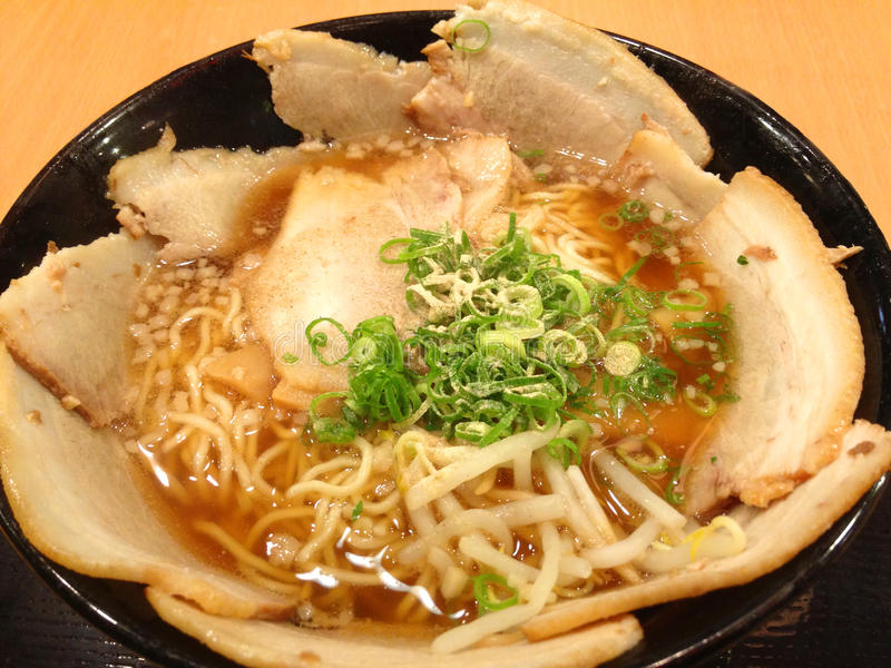 Alimento japonês dos macarronetes de ramen, cobrindo com carne de porco do chashu imagem de stock