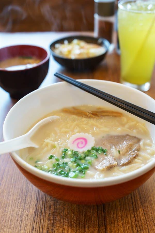 Alimento japonês dos macarronetes dos ramen de Tonkatsu fotografia de stock