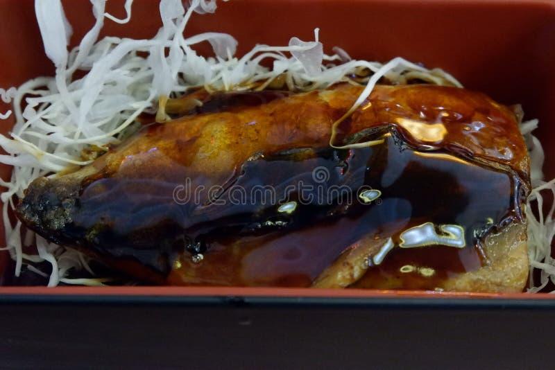 Alimento japonês, peixe grelhado do soba em uma caixa fotografia de stock royalty free
