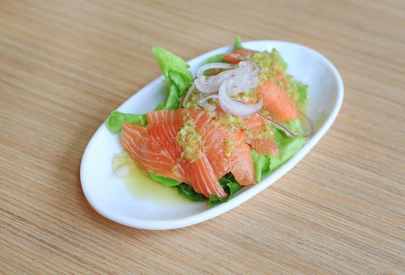 Alimento japonês, salada picante dos salmões na tabela de madeira fotografia de stock royalty free