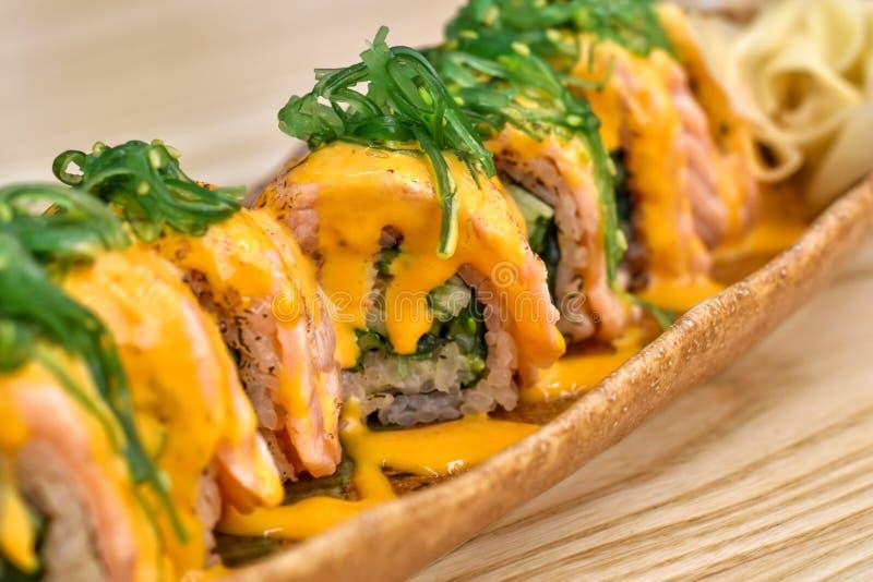 Alimento japonês, sushi dos salmões da opinião do close-up com molho de queijo creme fotografia de stock royalty free