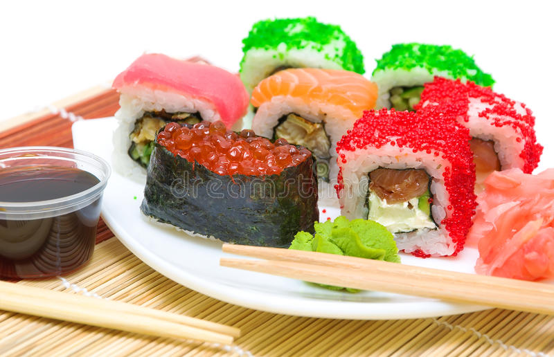 Alimento japonês tradicional. Rolos de sushi, wasabi e PIC diferentes imagens de stock royalty free