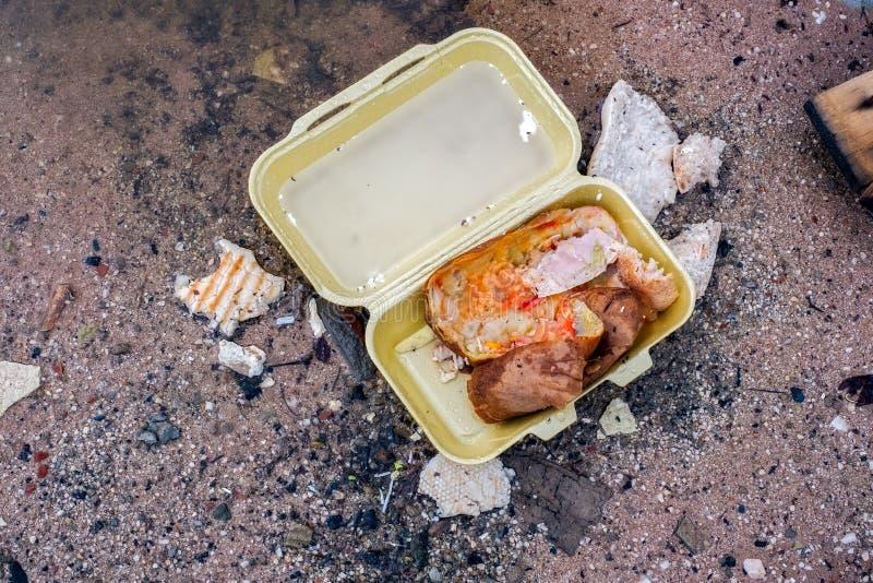 Alimento jogado na rua imagem de stock