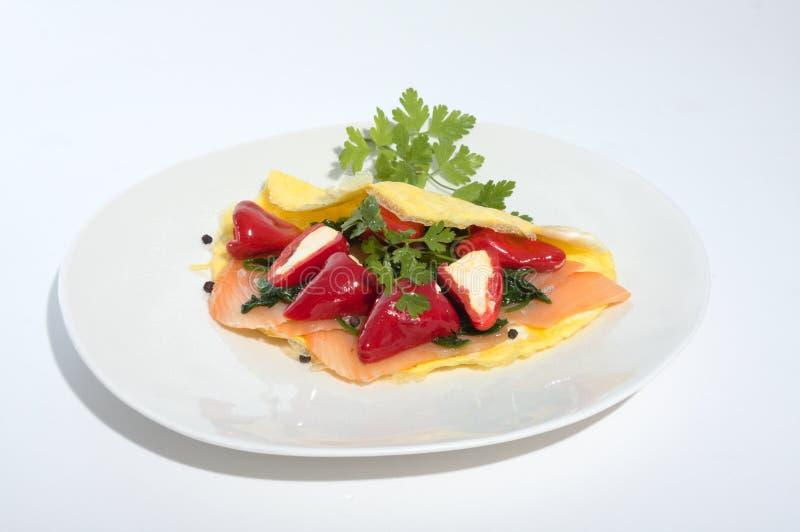 Alimento Ketogenic sul piatto bianco con gli spinaci scrammbled ed il salmone affumicato del formaggio cremoso delle merguez dell immagine stock