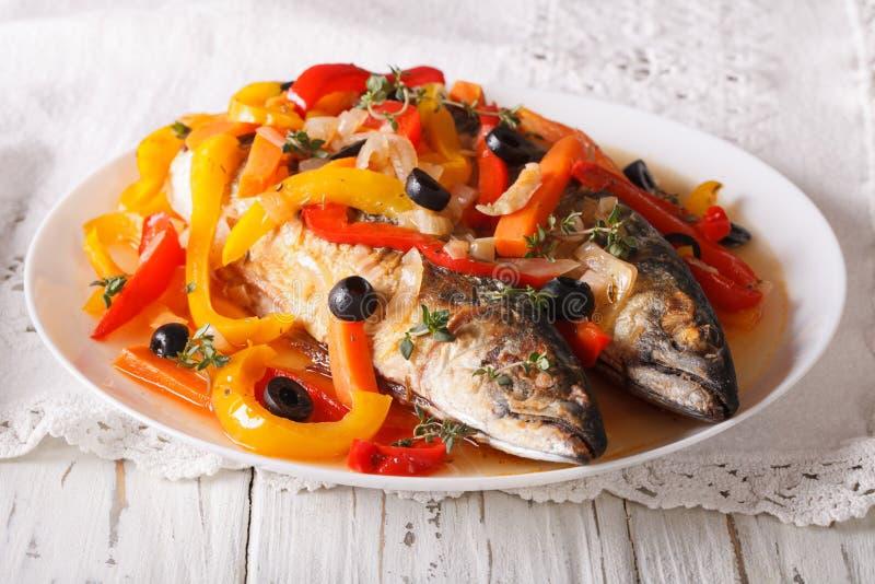 Alimento latino-americano: escabeche de peixes da cavala com vegetais imagem de stock