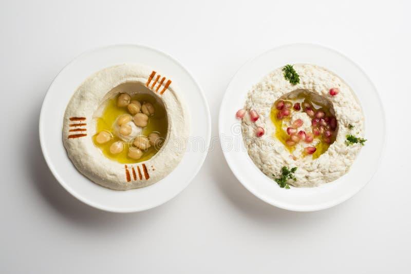 Alimento libanês de Hommos & de Mtabbal isolado no branco fotos de stock