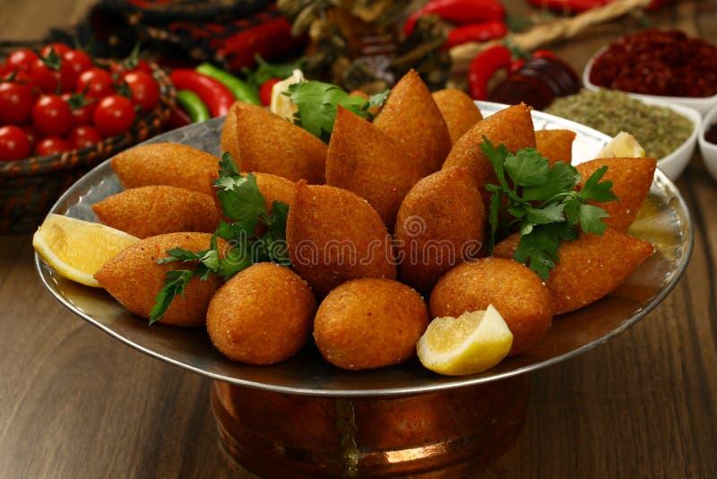 Alimento libanês de Kibe fritado fotografia de stock