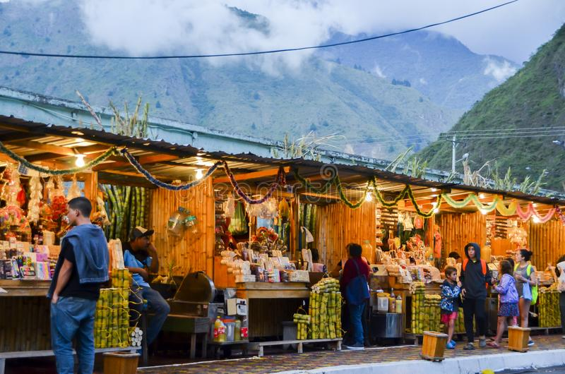 Alimento local, artes e mercado dos ofícios em Banos, Equador fotos de stock