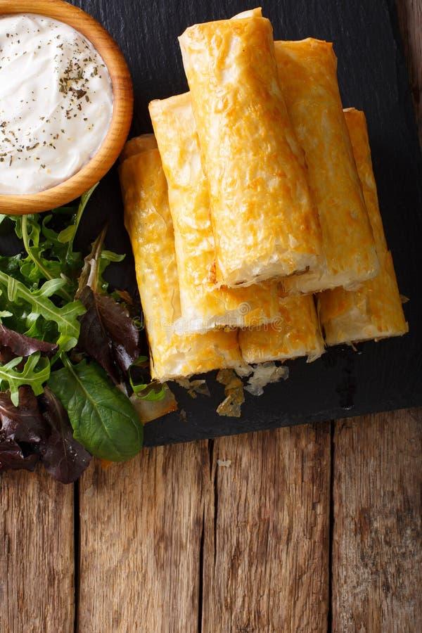Alimento marroquino: briouat com carne, ovos e close-up dos verdes Vert imagens de stock royalty free