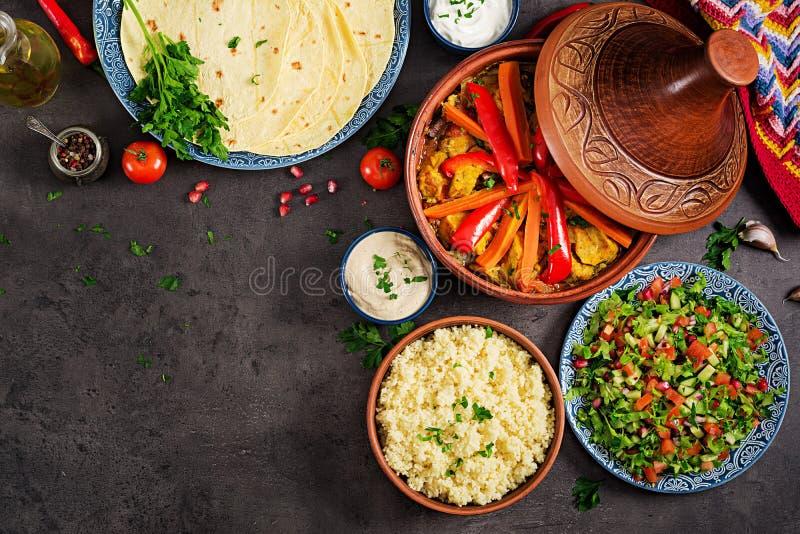 Alimento marroquino Pratos tradicionais do tajine, cuscuz e salada fresca imagem de stock