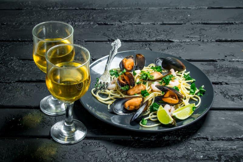 Alimento mediterrâneo Espaguetes do marisco com moluscos e vinho branco imagem de stock royalty free