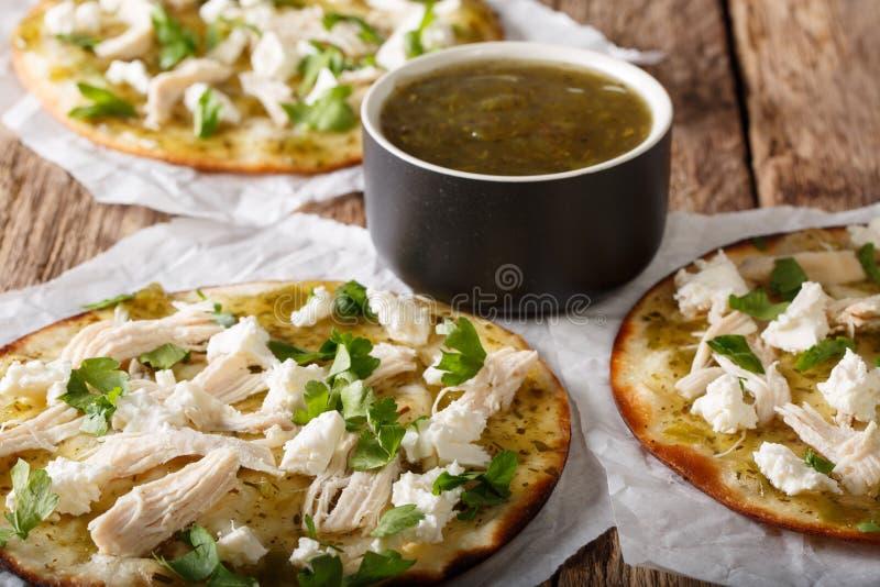 Alimento messicano della via: chalupas piccanti con formaggio e carne di pollo fotografia stock