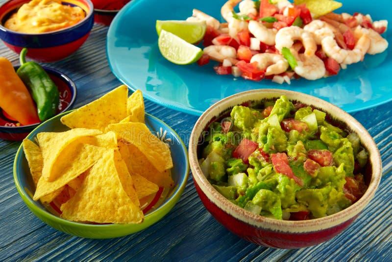 Alimento mexicano do Guacamole com ceviche e nachos imagem de stock