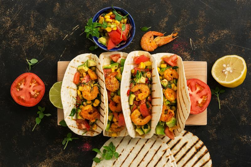 Alimento mexicano Tacos caseiros com camarões em uma placa de corte Vista de cima de, em cima imagens de stock royalty free