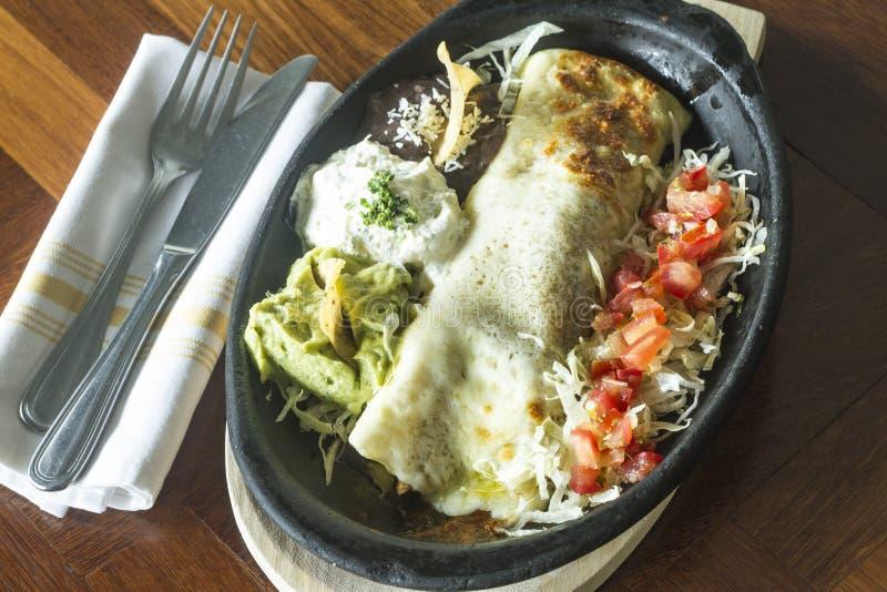 Alimento mexicano: Tortilha com creme de leite, abacate e tomate imagem de stock