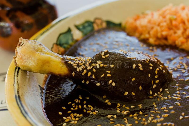 Alimento mexicano tradicional do Poblano da toupeira com a galinha em México fotografia de stock