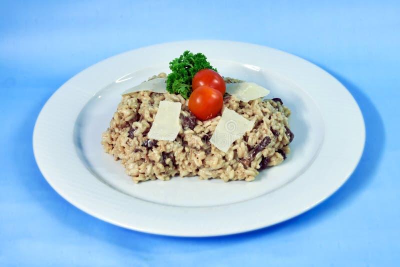 Alimento moderno em uma placa branca e em um fundo azul imagens de stock