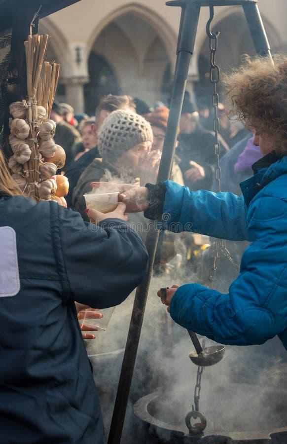 Alimento morno para os pobres e os sem abrigo foto de stock