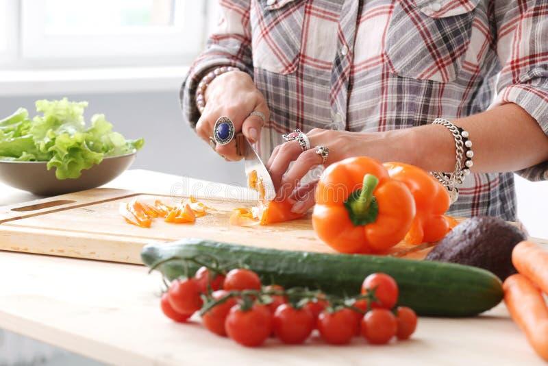 Alimento Muchacha en la cocina fotos de archivo libres de regalías