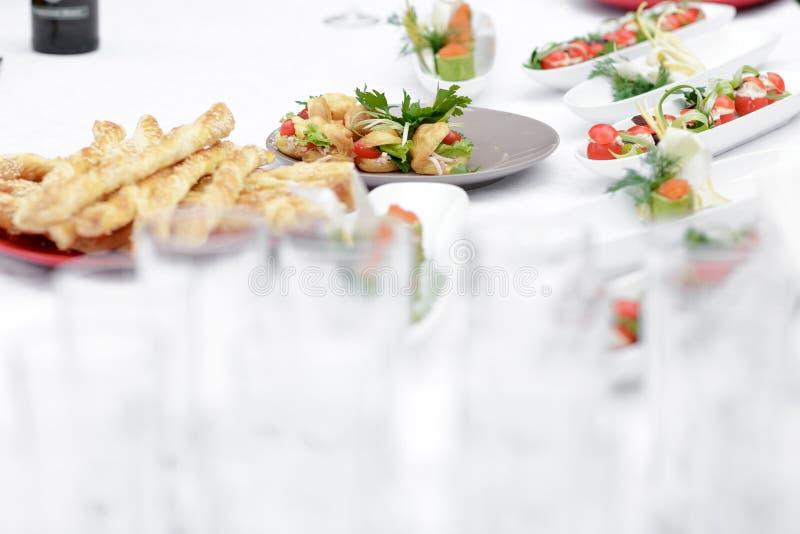 Alimento na tabela de bufete fotografia de stock