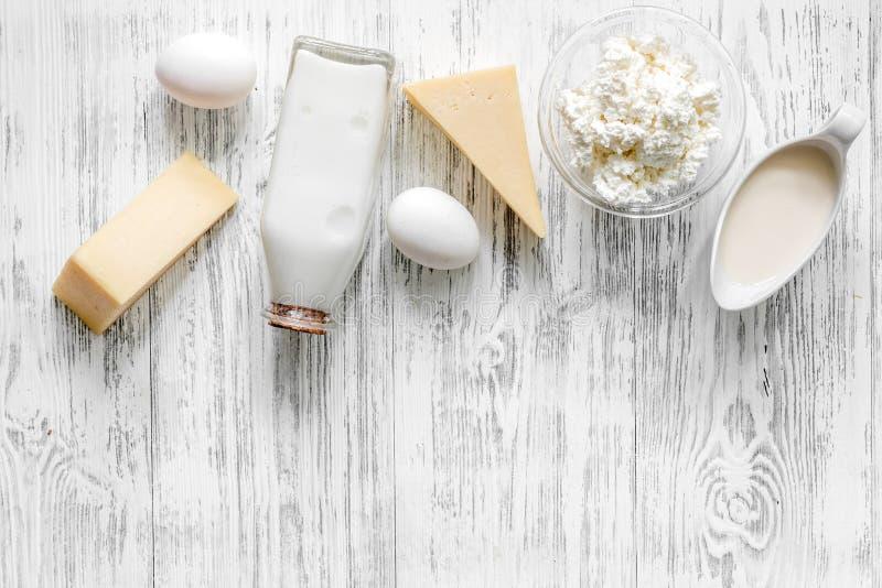 Alimento natural Leite, casa de campo, queijo e ovos no copyspace de madeira claro da opinião superior do fundo fotografia de stock